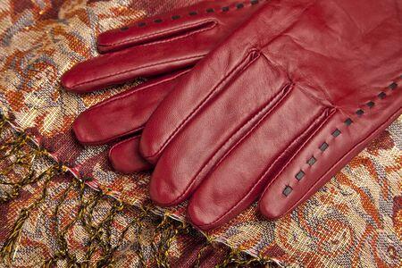 matching: Guantes rojos de la mujer de cuero y bufanda a juego. Foto de archivo