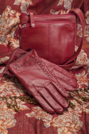 elementos de protección personal: Guantes de cuero rojo y bolso en un pañuelo a juego.