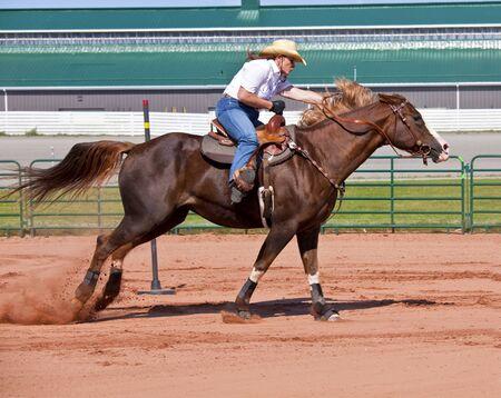 femme et cheval: Cheval et le cavalier de l'Ouest en compétition dans la compétition de course pôle de courbure et le canon. Banque d'images