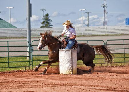 rodeo americano: Caballo y jinete occidental compitiendo en carreras de competición polo de flexión y el barril.