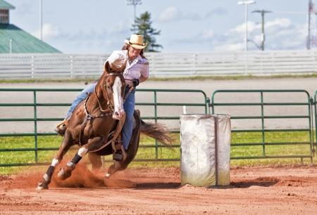 american rodeo: Cavallo occidentale e cavaliere concorrenti in pole concorrenza corsa curvatura e botte.