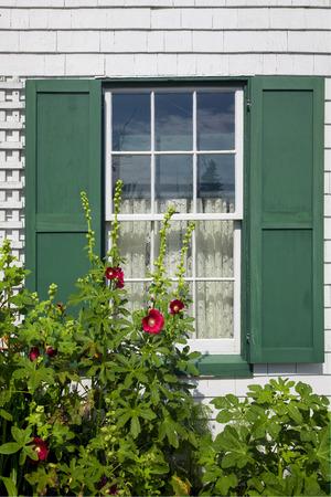 "house gables: Detalle de la ventana en el Green Gables House en la Isla del Pr�ncipe Eduardo se hizo famoso en el libro ""Anne of Green Gables"" por LM Montgomery."