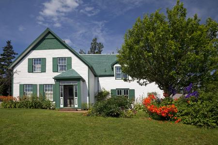 """house gables: Green Gables Casa en el Parque Nacional Isla del Pr�ncipe Eduardo. Se hizo famoso en el libro """"Anne of Green Gables"""" por LM Montgomery. Foto de archivo"""