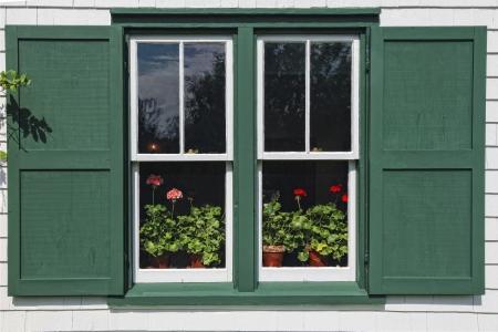 house gables: Macetas de geranios en flor en la ventana de Green Gables House, hecho famoso por la Ana de las Tejas Verdes libros por LM Montgomery. Situado en Cavendish, Isla del Pr�ncipe Eduardo, Canad�.