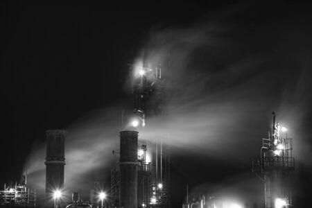 l petrol: Los humos de una antigua planta de aceite en el lado del puerto de Halifax Dartmouth, Nueva Escocia.