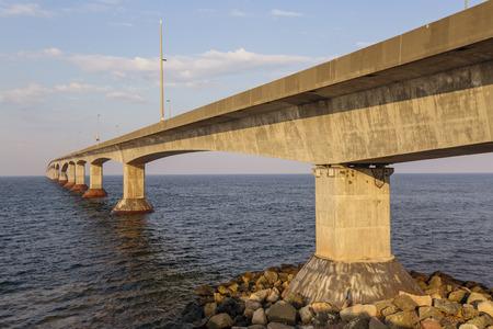 confederation: La Confederation Bridge che collega Isola del Principe Edoardo con la terraferma New Brunswick Come visto dal lato Prince Edward Island Archivio Fotografico