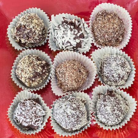 revestimientos: Trufas de chocolate hechas en casa con diferentes recubrimientos, tales como coco, almendras molidas o avellanas o nueces. Cada uno en su propia taza de papel de aluminio.