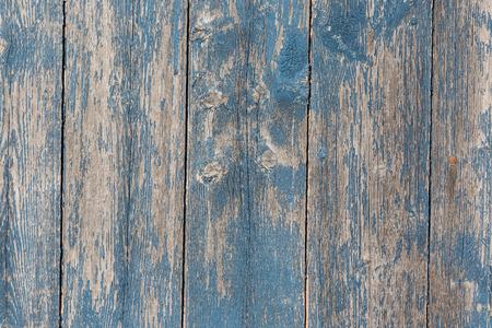 madera: Vieja tarjeta granero de madera con pintura azul en dificultades.