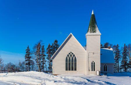 church: Una iglesia en el campo sencilla después de una caída de la nieve.