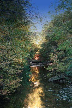 long shot: girato in lungo un fiume in Ohio con un riflesso del sole, del cielo e gli alberi