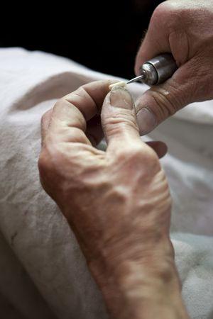 Un artesano trabajando en un Marfil tallado en una tienda en Par�s  Foto de archivo