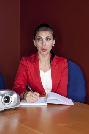 Un trabajador de la Oficina de mujeres tomando notas