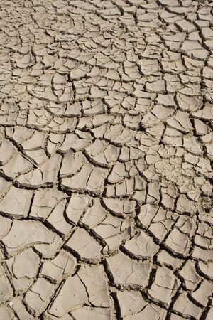 Barro seco en la orilla del mar Salton en California