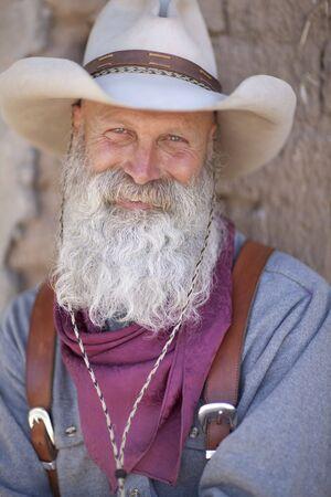 Un vaquero con una barba blanca mirando c�mara