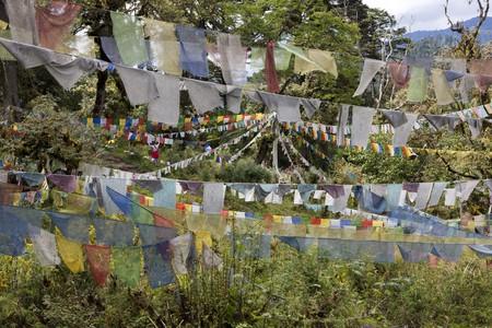 Una matriz de banderas de oraci�n budista esparcidos a trav�s de un campo en el Reino del Himalaya de But�n. Horizontal a tiros.