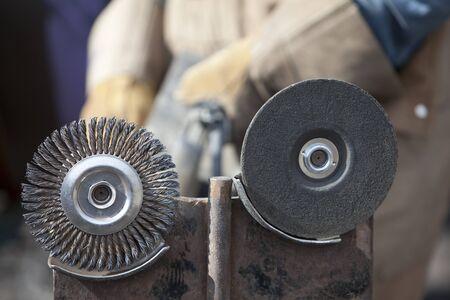 Rectificado y bru�ido ruedas se utiliza para la molienda y limpieza de metales. Un trabajador puede verse en el fondo. Horizontal a tiros.  Foto de archivo