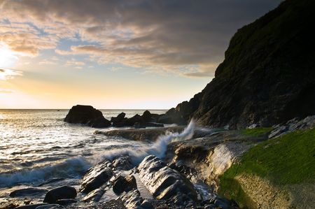 breaking dawn: Atl�ntico, las olas rompiendo sobre la costa de Cornualles en el Reino Unido.