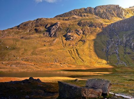 viewpoint: Llyn Idwal in the Snowdonia National Park bathed in golden sunlight. Stock Photo