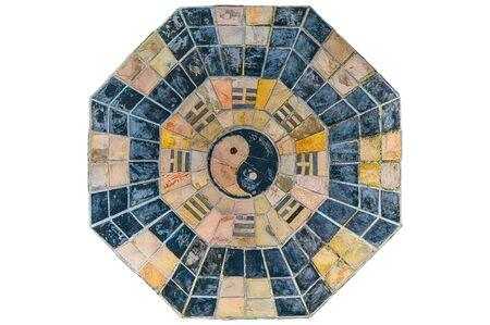 Altes und Grunge-Yin-Yang- und Fengshui-Symbol aus absichtlich geschnittenen Steinfliesen