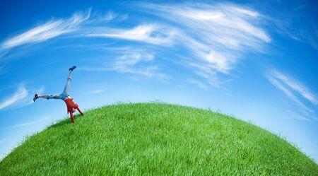 feat: joven feat hacer acrobacias sobre la verde colina
