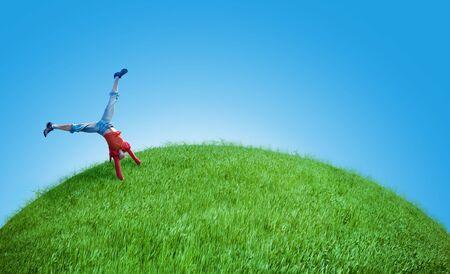 feat: ni�a hacer acrobacias sobre la proeza verde colina