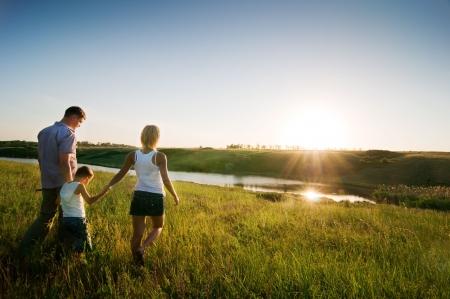 disfrutar: familia feliz divertirse al aire libre