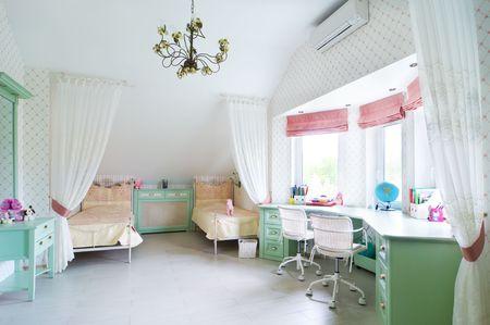 ecole maternelle: enfants chambre avec deux lits Banque d'images