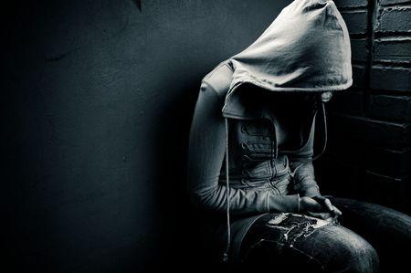 emotional pain: adolescente emplazamiento contra un muro en depresi�n Foto de archivo