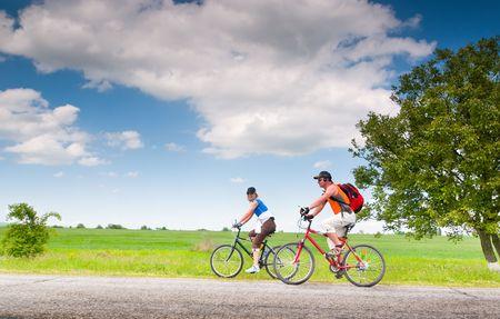 montando bicicleta: dos ciclistas en bicicleta al aire libre, relax