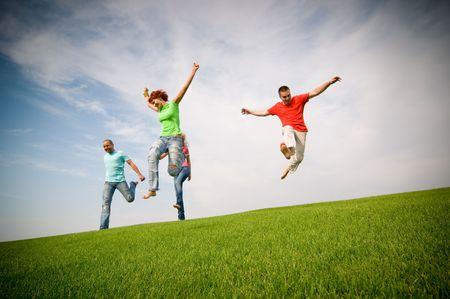 jóvenes amigos, saltar y correr