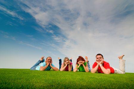 jovenes estudiantes: felices amigos adolescente tirado en la hierba Foto de archivo