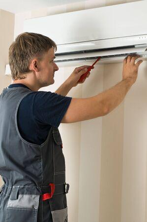 aire acondicionado: de un hombre de reparaci�n de aire acondicionado Foto de archivo
