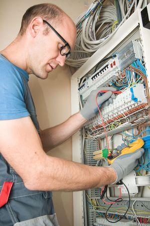 electricidad: electricista realizar conexiones en el panel principal de electical