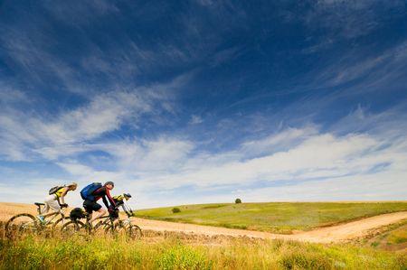andando en bicicleta: Grupo mixto de ciclistas relajarse ciclismo al aire libre