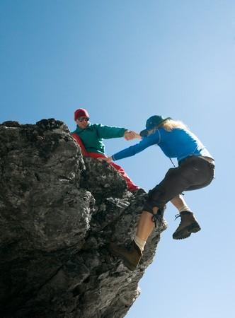 登る: 人間の女性に救いの手 写真素材