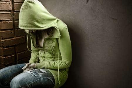 soledad: adolescente emplazamiento contra la pared en un Estado deprimido
