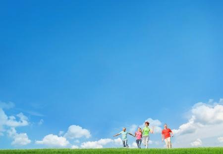 jonge vrienden springen en lopen