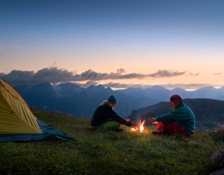 campamento: tienda de pareja acampada en el desierto Foto de archivo