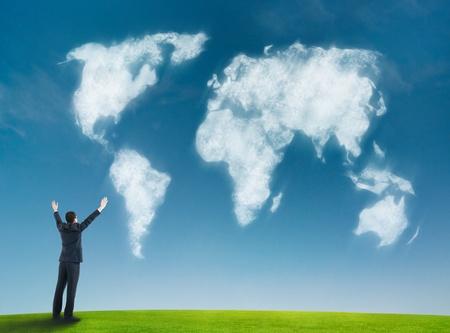 exito: hombre de negocios con el mapa del mundo en forma de nubes
