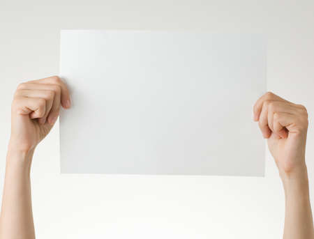 portapapeles: mujer con papel en blanco sobre fondo blanco Foto de archivo