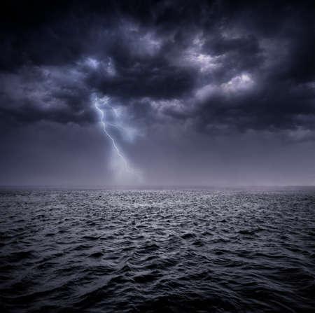 tormenta: Nubarrones de tormentas sobre el Océano