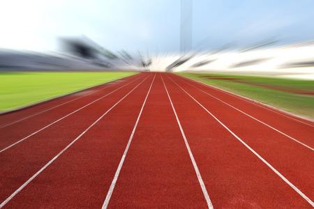 스포츠 경기장 반경에서 트랙을 실행하면 이미지를 흐리게 스톡 콘텐츠