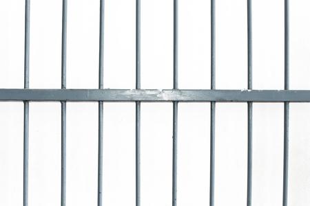 prison cell: cage de fer carré isoler sur fond blanc Banque d'images