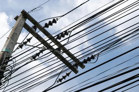 redes electricas: postes y cables de electricidad silueta y el cielo de fondo