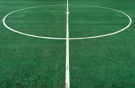terrain de foot: Blanc ligne de cercle au centre de terrain de football Banque d'images
