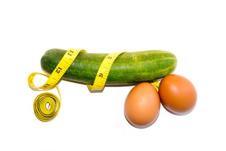 educacion sexual: Como pene - huevos Pepino con cinta amarilla aislar en blanco