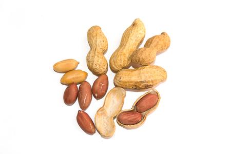 Draufsicht Erdnuss und Erdnuss geschält auf weißem Hintergrund isolieren