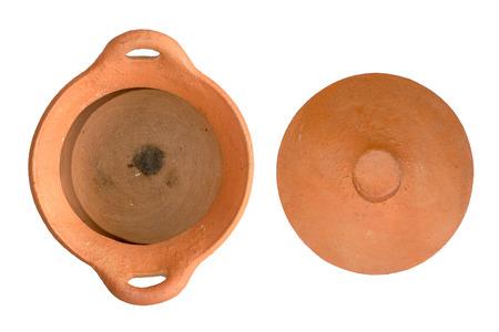 utensilios de cocina: Pote de arcilla utensilios de cocina aislado en el fondo blanco Foto de archivo