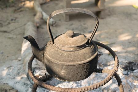 kettles: teteras antiguas eran de metal en la estufa