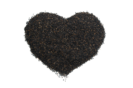 ajonjoli: semillas de sésamo corazón aislar en el fondo blanco Foto de archivo